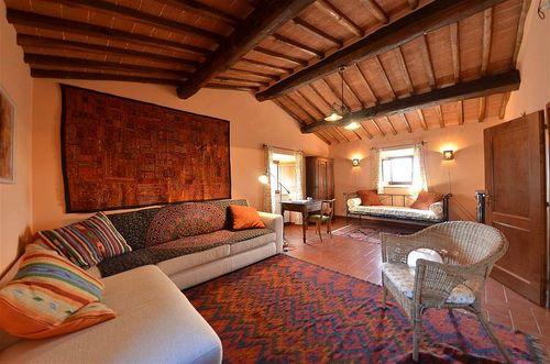 Das Wohnzimmer Liegt Zwei Stufen Hher Als Der Essbereich Es Ist Ein Schner Raum Mit Typisch Toskanischen Pfirsichfarbenen Wnden