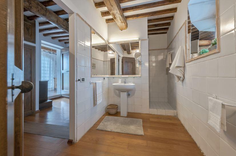 Erdgeschoß. Wohnzimmer. Badezimmer. Badezimmer. Schlafzimmer